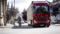 Das ewige Duell auf deutschen Straßen: Lkw gegen Fahrrad. Ein Lkw-Abbiegeassistent kann hier Abhilfe schaffen.