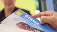 Gutschein für ein ADAC Fahrsicherheitstraining wird in einen Briefumschlag verpackt