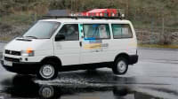 Der Volkswagen T4 rutscht beim Fahrsicherheitstraining über Wasserfläche