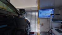 Mobiler Prüfdienst mit Auto auf der Hebebühne und Messwerte