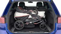 Kinderwagen im Kofferraum eines VW Passats