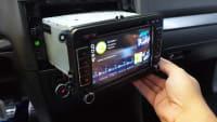 Neues Radio wird in Auto eingebaut