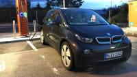 Der E-Auto Dauertester BMW i3 auf einem Parkplatz an der Ladesäule