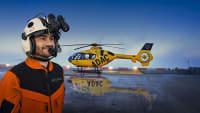 Pilot der ADAC Luftrettung vor einem Rettungshelikopter