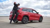 Fußgänger läuft hinter einem Auto bei einem AEB Test in Penzing
