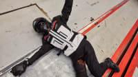 Dummy liegend mit Alpinstars-Airbag-Jacke beim ADAC Motorrad-Airbag-Jacken-Test nach dem Crash