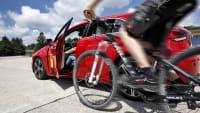 Autofahrer öffnet Autotür als Fahrradfahrer heranfährt