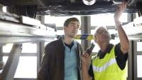 Junger Mann mit Mechaniker im ADAC Prüfzentrum