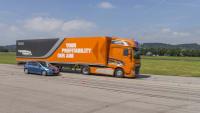 Bremswege Vergleich zwischen einem Kleinwagen und einem Lkw
