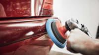 Kratzer wird mit Poliergerät aus Auto entfernt
