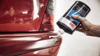 Schleifpaste wird zum Entfernen eines Kratzers auf Auto aufgetragen