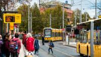 Viele Fahrgaeste an Trambahn und Bushaltestelle in Dresden