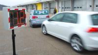 Auto fährt auf ADAC Target auf und kommt kuzr vor demaufprall zum Stehen Notbremsassistent Brmsassistent Test