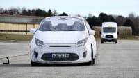 Kleintransporter fährt auf Testobjekt zu