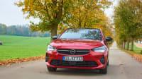 Opel Corsa fahrend auf einer Straße