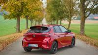 Opel Corsa stehend in einer Allee