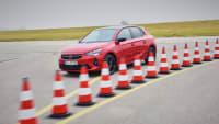 Opel Corsa fährt um Pylonen