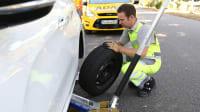 ADAC Pannenhelfer wechselt den Reifen an einem Pannenfahrzeug