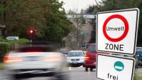 Umweltzonenschild vor Verkehr auf der Straße