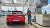 Der Erdgas betribene Opel Astra CNG an der Tankstelle im Vergleichstest der alternativen Antriebe