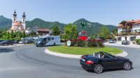 Camper im Kreisverkehr bei Aschau