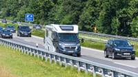 Camper fährt auf einer Autobahn