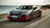 Frontansicht des Audi e-tron GT fahrend auf einer Straße
