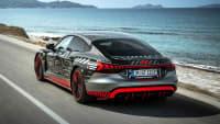 Heckansicht des Audi e-tron GT  fahrend auf einer Straße