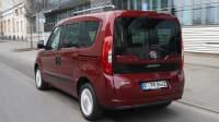 Fiat Doblo fahrend auf der Straße