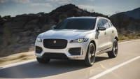 Jaguar F-Pace fahrend auf der Straße