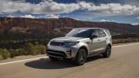 Land Rover Discovery fahrend auf der Straße