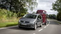 Volkswagen Sharan fahrend mit Pferdeanhänger