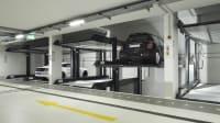 Zwei Autos parken in einer Duplexgarage