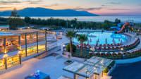 Beleuchtetes Georgiopolis Resort auf Kreta in der Abenddämmerung