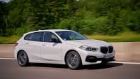 weißer 1er BMW fährt über Landstrasse