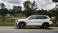 weißer BMW X5 von 2018 fahrend von der Seite