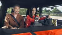 Mann und Frau fahren im Citroen Ami