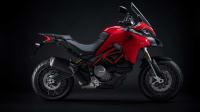 die rote Ducati Multistrada 950 von der Seite im Studio