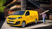Der Elektrotransporter Vivaro-e von Opel in gelb als Langversion