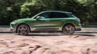 Seitenansicht eines grünen fahrenden Porsche Macan S