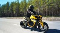 TS von Verge Motorcycles fahrend auf einer Straße