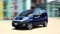 Blauer Fiat Fiorino mit CNG-Antrieb fährt durch die Stadt