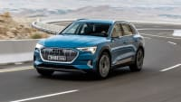 Türkiser Audi e-tron fahrend