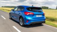 blauer Ford Focus faehr durch eine Landschaft