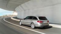 silberner Mercedes C-Klasse faehrt auf Strasse