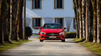 roter Mercedes CLA Coupe steht in Allee