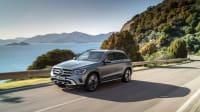 silberner Mercedes GLC faehrt auf Strasse
