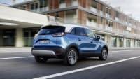 blauer Opel Crossland X faehrt auf Strasse
