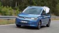 Blauer VW Caddy fährt auf Strasse