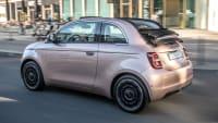 Heck- und Seitenansicht des Fiat 500e Cabrio fahrend auf einer Straße